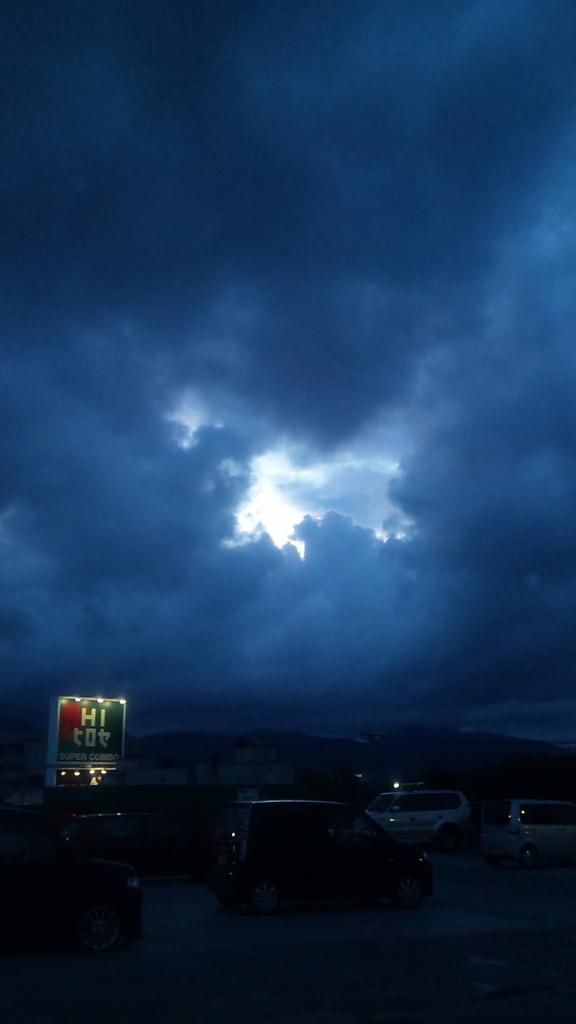 雲の隙間から