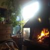 光の射す暖炉
