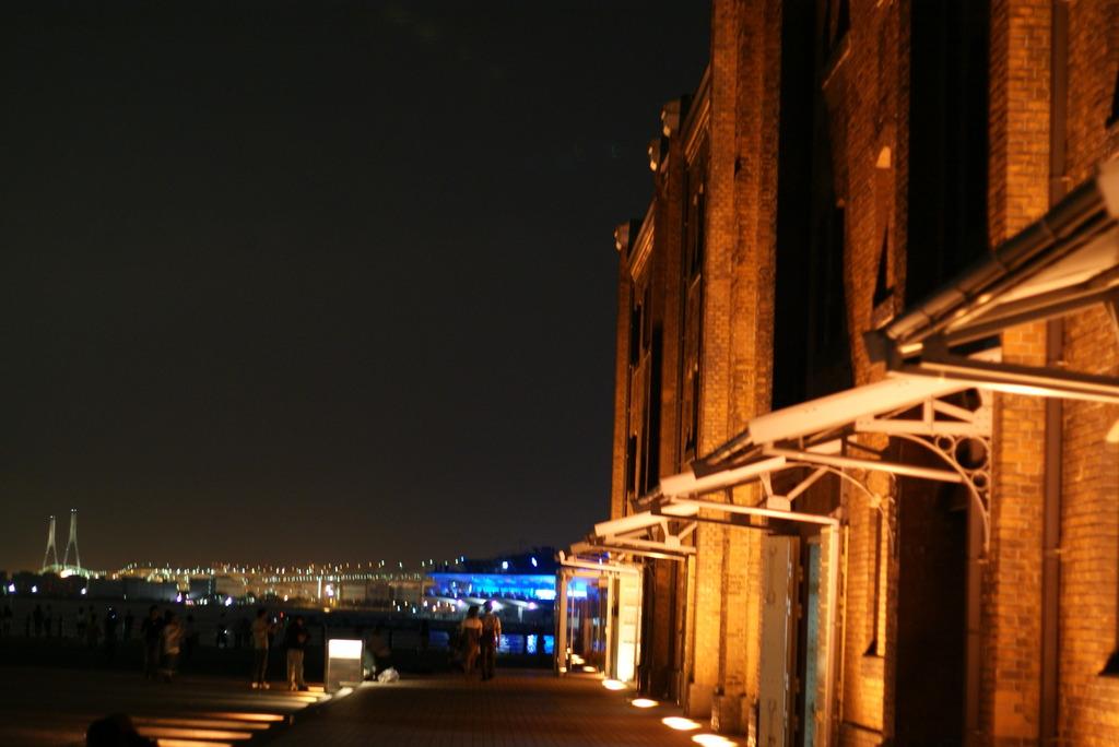 赤レンガ倉庫とベイブリッジ