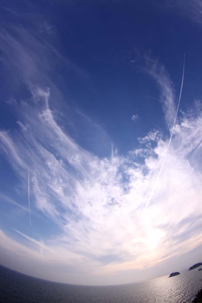 沸き立つ雲と飛行機雲