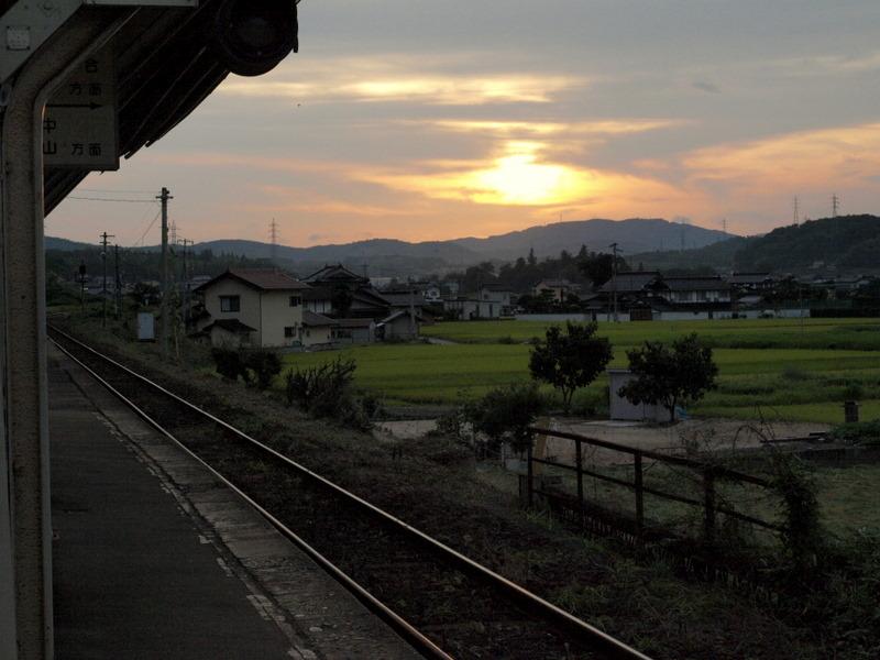 沈む陽と駅