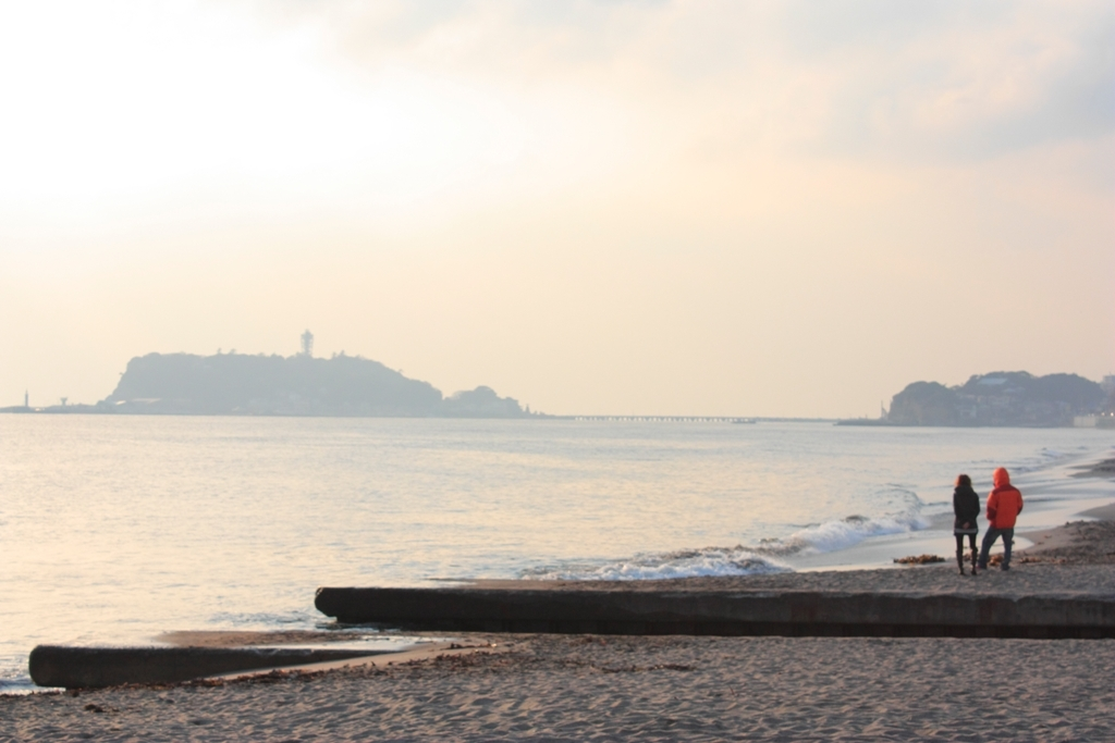 江ノ島を眺めるふたり