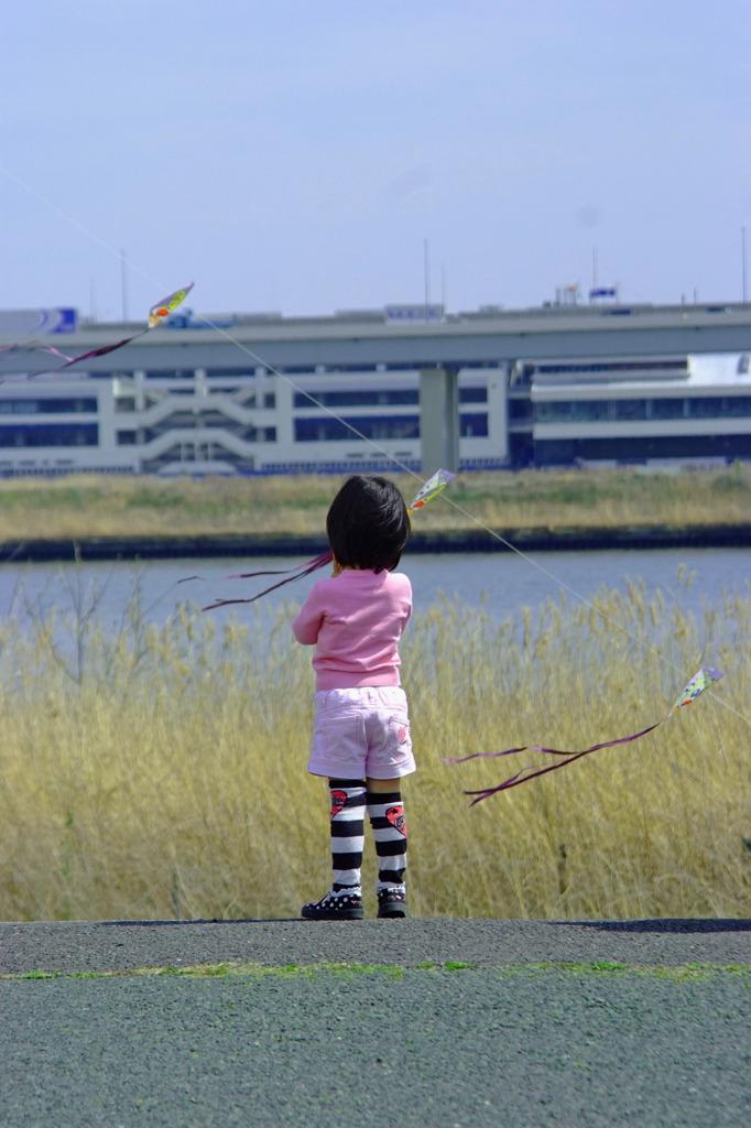 凧をみつめる少女