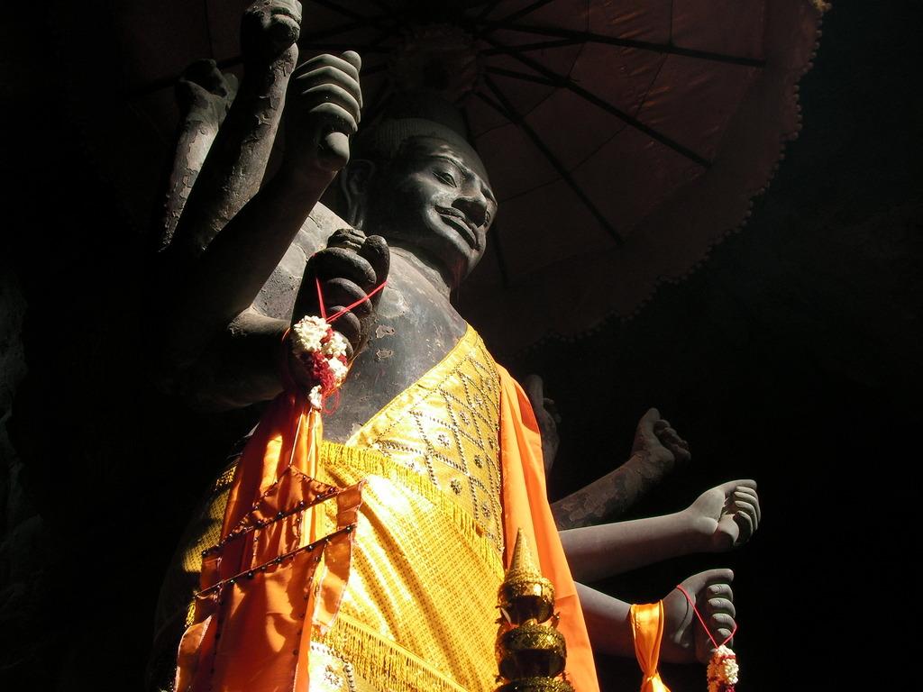 手がいっぱい<カンボジア>