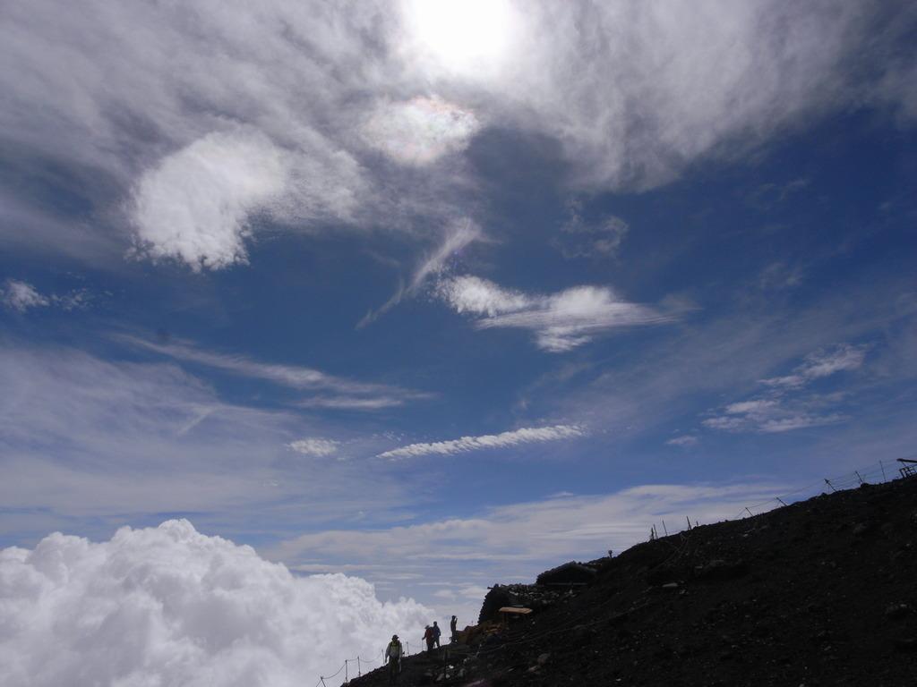 下にも上にも雲