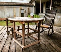 丸テーブルとロッキングチェア