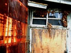 朽ちる廃屋