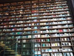 圧巻の本棚