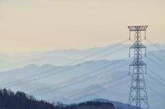 山並みと鉄塔