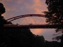赤い橋と夕焼け