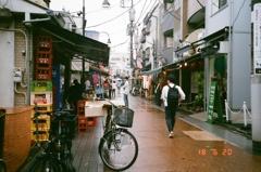 雨の商店街