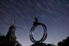 風車と少年の像と星