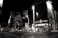 深夜のスクランブル交差点