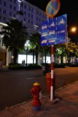 Hồ Chí Minh 16 消火栓と標識がある街角