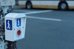 青いマーク 赤いボタン