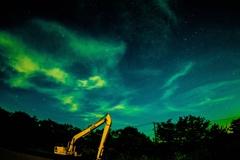 夜空とショベルカー