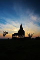 夕陽に浮かぶ、透ける教会