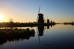朝を迎える風車