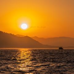 海の上から見る朝日
