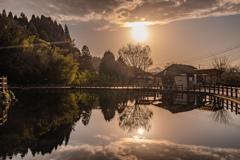 丸池に沈む夕日