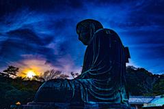 青と夕日に染まる大仏様