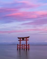 夕暮れ/琵琶湖に浮かぶ鳥居