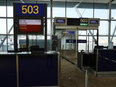 香港国際空港の昆明行きゲートにて