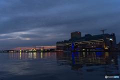 日没後の港町