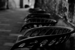 街の古びた椅子