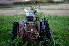 なんか草が絡みついてる農業のマシーン