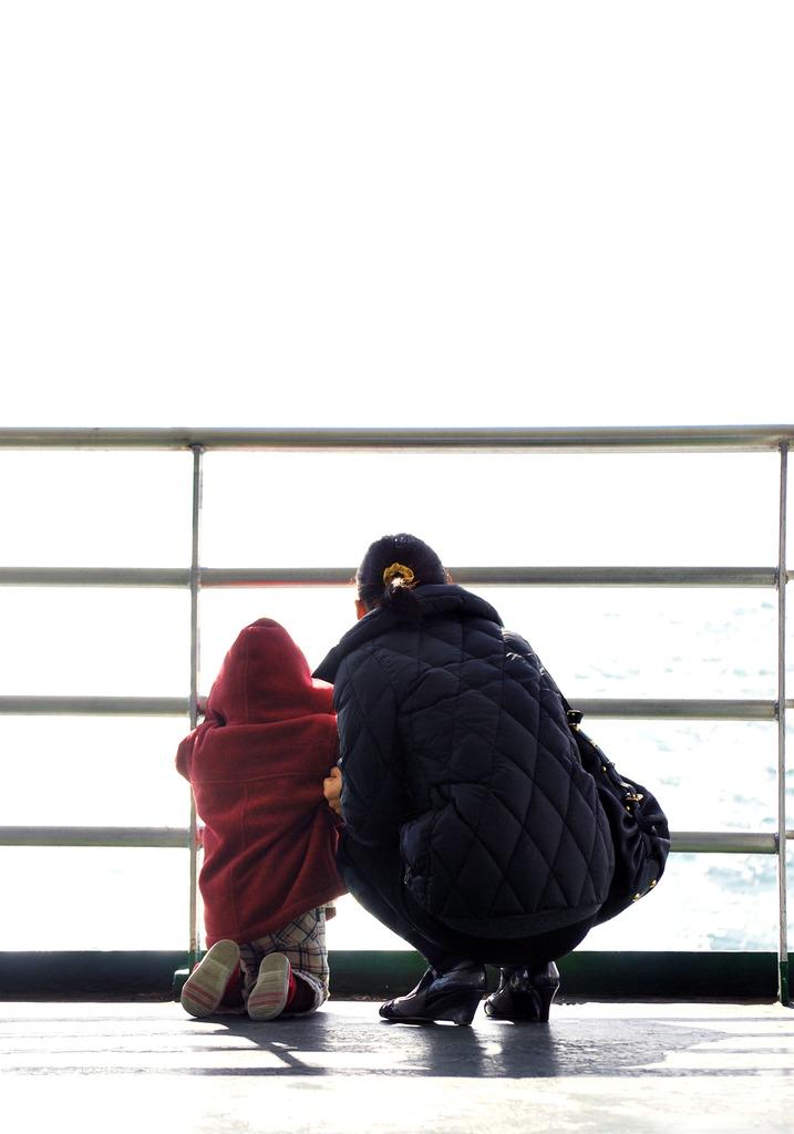 海を眺める女とその娘