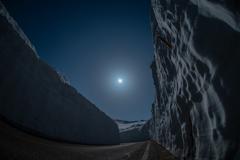 月下の雪の大谷