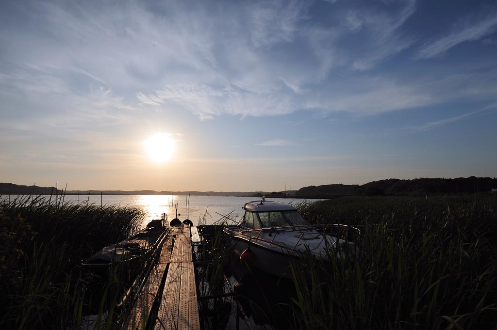 夕暮れを待つ湖畔