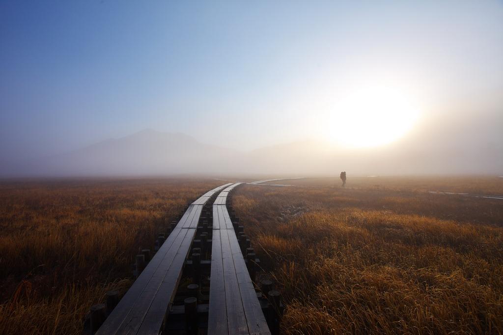 朝霧の尾瀬ヶ原(登山者)