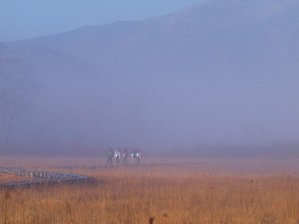 朝霧の尾瀬ヶ原ー霧の中を行く