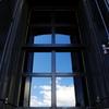 窓ガラスに映る空