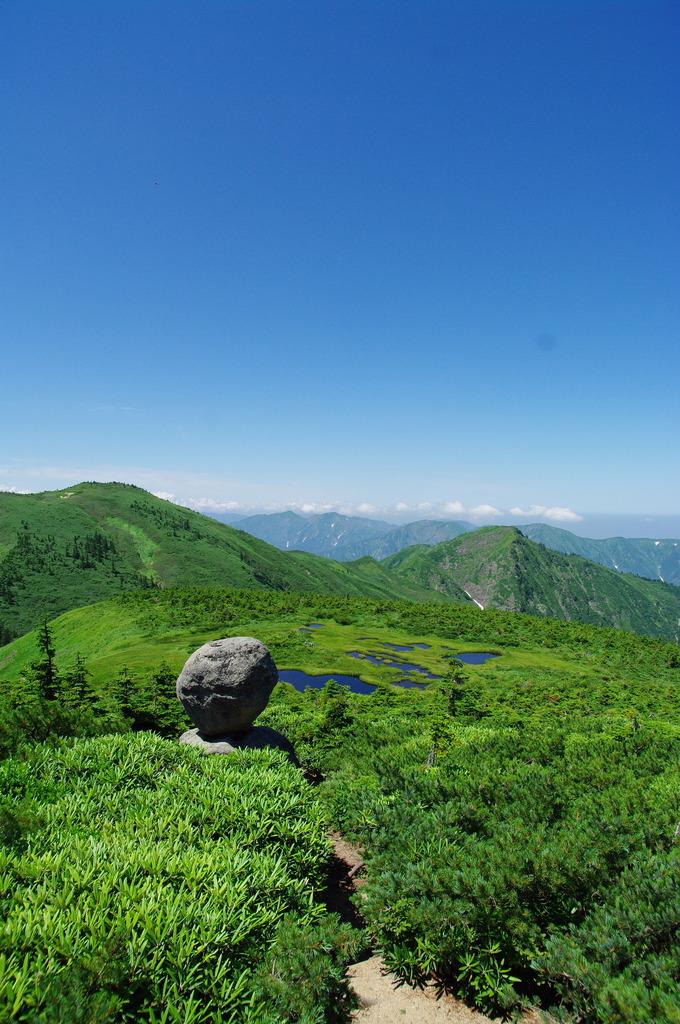 盛夏の平ヶ岳の奇石「たまご石」
