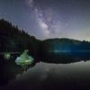 池に流れ込む星と緑響く夜