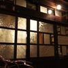 昭和風板ガラスの扉のカフェ