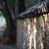 木漏れ日射す土塀