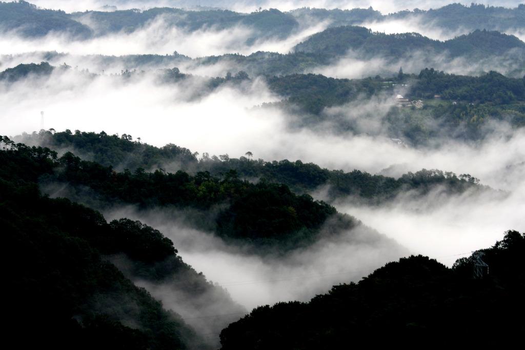 霧立つ山並み