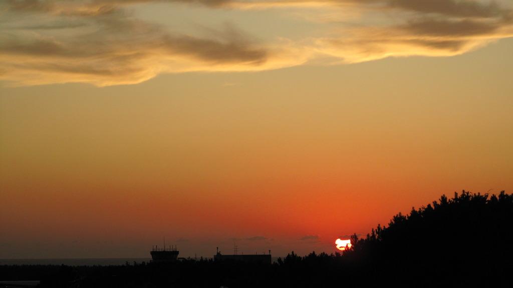 飛行場の夕陽