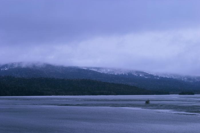 夜明けの湖水