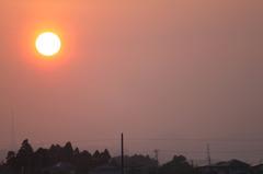 夕暮れの大きい太陽