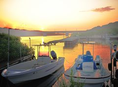 朝の漁港で