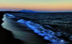 夕波に浮かぶ鳥海山