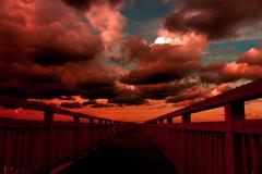 夕日へ向かう橋