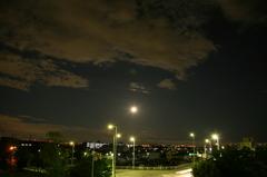 夜更けの街と月