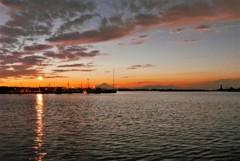 夕暮れの漁港にて