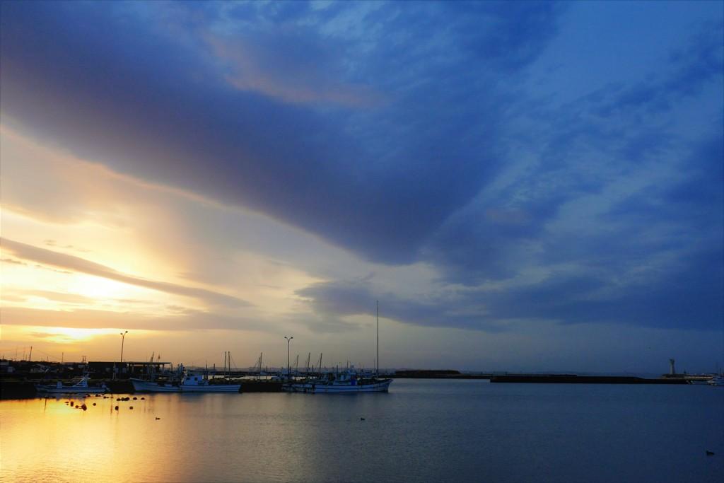 夕陽と青い夜の間に・・・マジックアワーの港